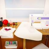 Macchina per cucire, ricamo, dettagli e panno bianchi Fotografie Stock