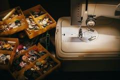 Macchina per cucire sulla tavola Fotografia Stock