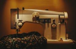 Macchina per cucire sulla tavola Fotografia Stock Libera da Diritti