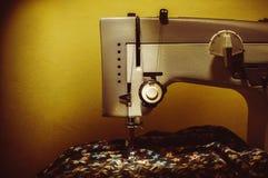 Macchina per cucire sulla tavola Immagine Stock