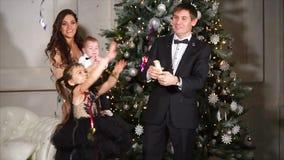 Macchina per fare i popcorn d'esplosione dei coriandoli del papà durante la celebrazione di Natale stock footage