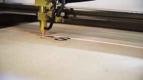 Macchina per il laser che taglia fine di legno sul bordo dei tagli Faccia la parola SÌ archivi video