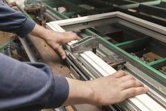 Macchina per il montaggio delle finestre di plastica immagine stock libera da diritti