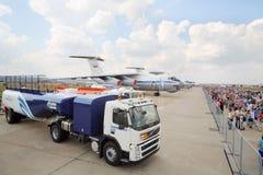Macchina per il rifornimento di carburante, gli aerei e la folla Fotografie Stock