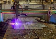 Macchina per il taglio automatico moderno del laser del plasma dei metalli, il taglio del plasma con il laser ed il laser, fabbri fotografie stock libere da diritti