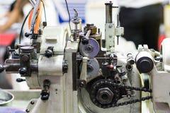 Macchina per la frantumazione automatica del perno con l'unità automatica dell'alimentazione del cavo Fotografia Stock Libera da Diritti