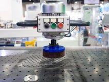 Macchina per la frantumazione automatica del piatto d'acciaio di CNC Fotografie Stock Libere da Diritti