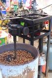 Macchina per la frittura delle castagne Fotografia Stock