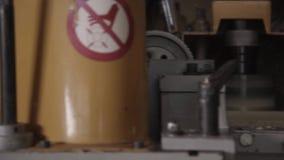 Macchina per la lavorazione del legno sulla mobilia di fabbricazione stock footage