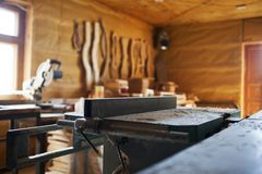 Macchina per la lavorazione del legno in un'officina privata fotografia stock