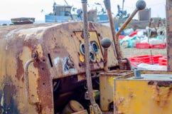 Macchina per la trazione le barche e delle barche sulla riva, nel backgro Immagine Stock