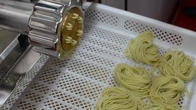 Macchina per pasta casalinga, spaghetti video d archivio