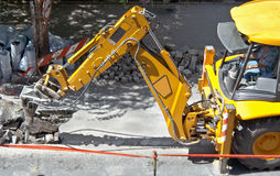 Macchina pesante su un lavoro di costruzione di strade Immagini Stock Libere da Diritti