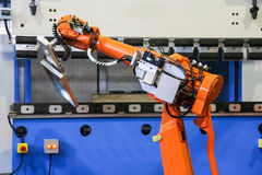 Macchina piegatubi automatica con il robot Fotografia Stock Libera da Diritti