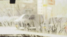 Macchina pulita di Washington dell'automobile, lavaggio di automobile con la spugna e tubo flessibile Contatti meno autolavaggio  stock footage