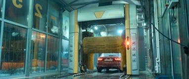 Macchina pulita di Washington dell'automobile, lavaggio di automobile con la spugna e tubo flessibile Lavaggio, goccia immagini stock