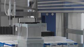 Macchina robot dei test medicali moderni, laboratorio di ricerca genetico molecolare, PCR stock footage