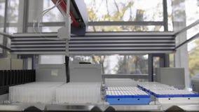 Macchina robot del test medicale moderno, laboratorio di ricerca genetico molecolare, PCR video d archivio