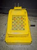 Macchina sporca del registratore di cassa dei ols sul pavimento fotografia stock libera da diritti