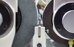 macchina stridente centerless di CNC di alta precisione Fotografie Stock Libere da Diritti
