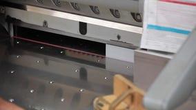 Macchina tagliata di carta nel lavoro archivi video