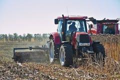 Macchinario agricolo che funziona nel campo Fotografia Stock