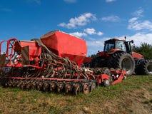 Macchinario agricolo moderno che semina macchina Immagini Stock