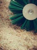 Macchinario di agricoltura, macchina del fieno con la grande spazzola Immagini Stock