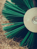Macchinario di agricoltura, macchina del fieno con la grande spazzola Fotografie Stock
