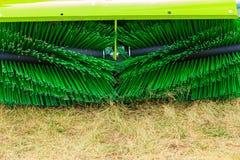 Macchinario di agricoltura, macchina del fieno con la grande spazzola Immagine Stock
