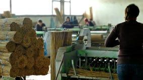 Macchinario di produzione nel corridoio della fabbrica stock footage