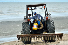 Macchinario di uso di ente locale che pulisce la spiaggia di Bangsaen Fotografie Stock Libere da Diritti