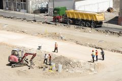 Macchinario e lavoratori sul cantiere della strada principale nel lungomare di Belgrado sulla banca del fiume Sava fotografia stock