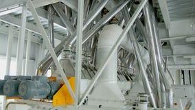 Macchinario elettrico del mulino per la produzione della farina di frumento Attrezzatura del grano archivi video