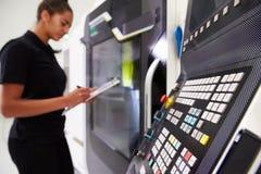 Macchinario femminile di CNC di Operating dell'ingegnere sul pavimento della fabbrica Fotografie Stock