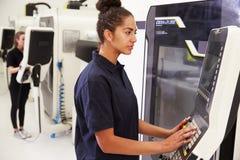 Macchinario femminile di CNC di Operating dell'ingegnere sul pavimento della fabbrica Fotografia Stock