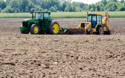 Macchine agricole in un campo Fotografia Stock Libera da Diritti