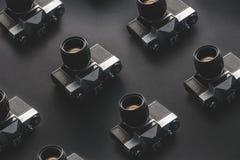 Macchine da presa d'annata sulla superficie nera del fondo Retro concetto di tecnologia di creatività Fotografia Stock Libera da Diritti