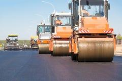 Macchine dei rulli compressori che comprimono asfalto fresco Immagini Stock Libere da Diritti