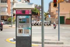 Macchine del biglietto di parcheggio dove gli automobilisti possono pagare il loro parkin fotografie stock
