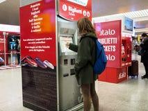 Macchine del biglietto nella stazione ferroviaria a Roma Fotografia Stock