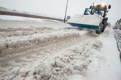 Macchine della neve nel centro urbano Fotografia Stock