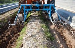 Macchine di agricoltura sul giacimento dell'asparago Fotografia Stock