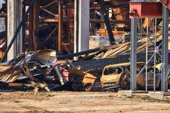 Macchine e resti bruciato della costruzione di un fuoco della segheria fotografia stock
