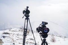Macchine fotografiche Canon sopra la montagna fotografie stock