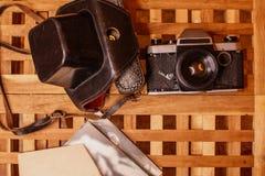 Macchine fotografiche d'annata a partire dai tempi dell'URSS su di legno la tavola immagine stock libera da diritti