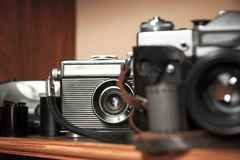 Macchine fotografiche d'annata su uno scaffale di legno Immagine Stock