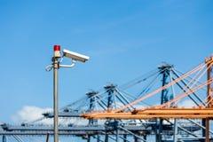 Macchine fotografiche del CCTV con le luci d'avvertimento sul palo d'acciaio Immagini Stock Libere da Diritti