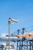 Macchine fotografiche del CCTV con le luci d'avvertimento sul palo d'acciaio Immagine Stock Libera da Diritti