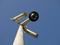 Macchine fotografiche del cctv di obbligazione davanti a cielo blu Fotografia Stock Libera da Diritti